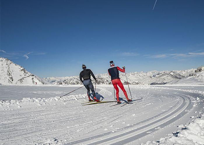 Siciatori di sci di fondo con abbigliamento comprato da Lapponia sport