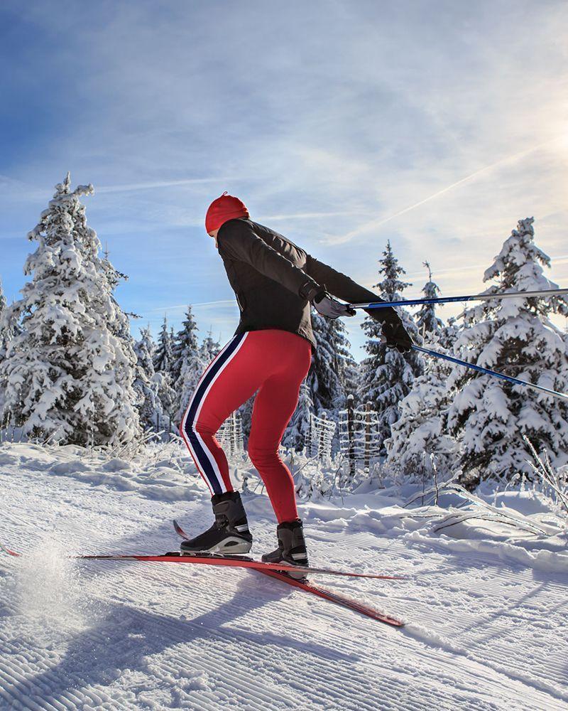 Sciatore di sci di fondo con attrezzatura comprata da Lapponia sport