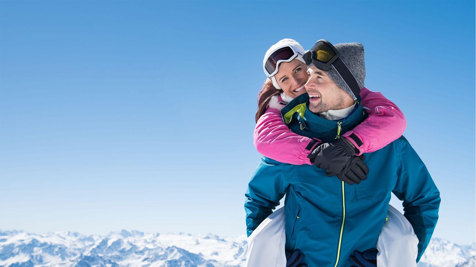 Ragazzo con ragazza in spalla con abbigliamento comprato da Lapponia sport